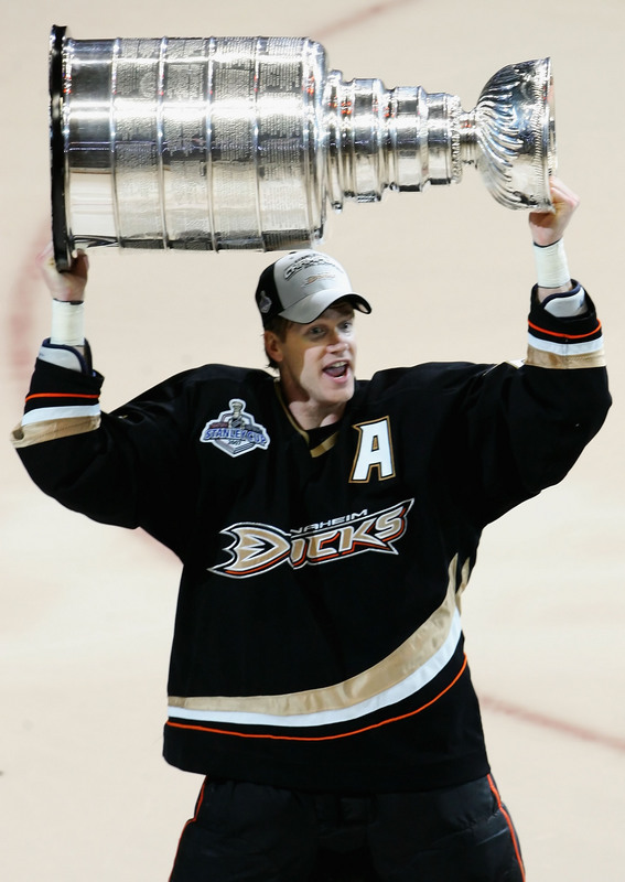 Chris Pronger hoists 2007 Stanley Cup in Anaheim   (Photo by Jeff  Gross/Getty Images)